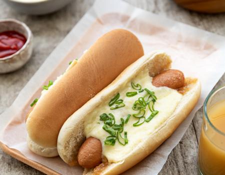Hot dog, confit di cipolla, crema di Emmental Entremont e cipollotti