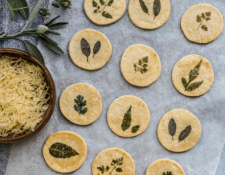 Biscotti frollini alle erbe aromatiche ed emmental Entremont grattugiato